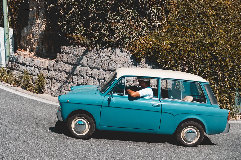 Photographie d'un homme conduisant une petite voiture
