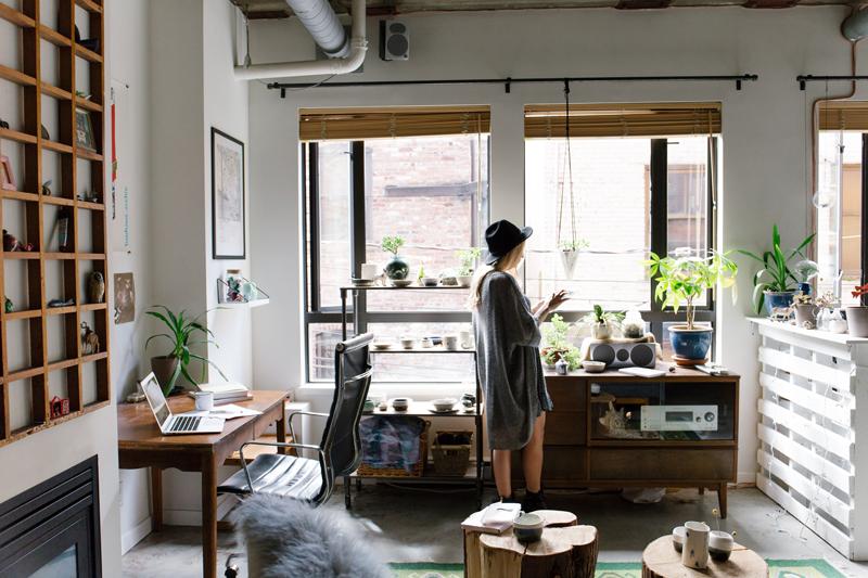 Photographie d'une jeune femme dans son appartement