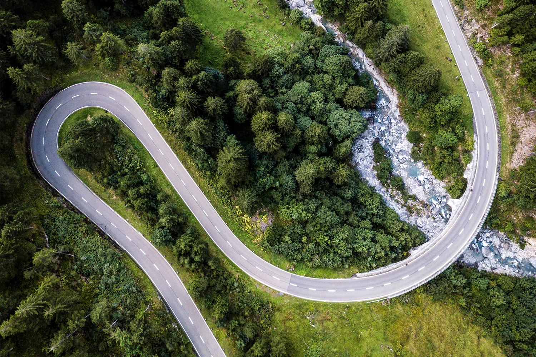 Photographie d'une prise de vue haute montrant une route avec une voiture