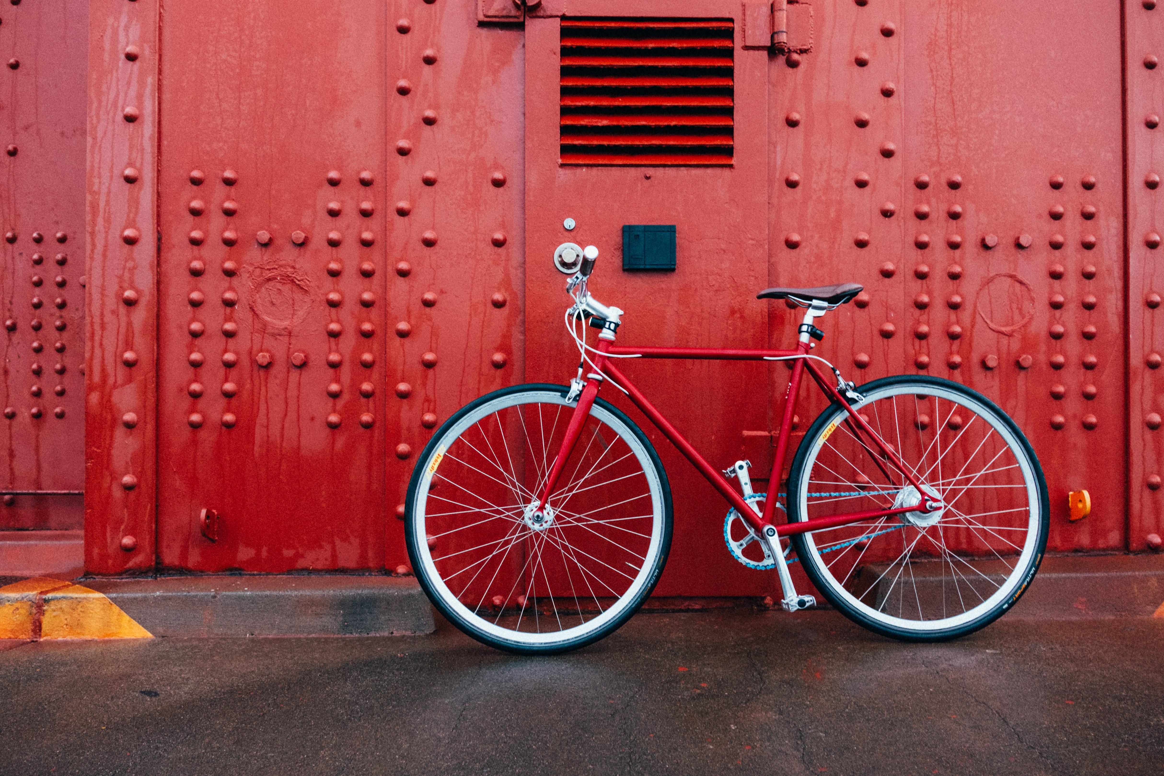 Photographie d'un vélo contre un mur