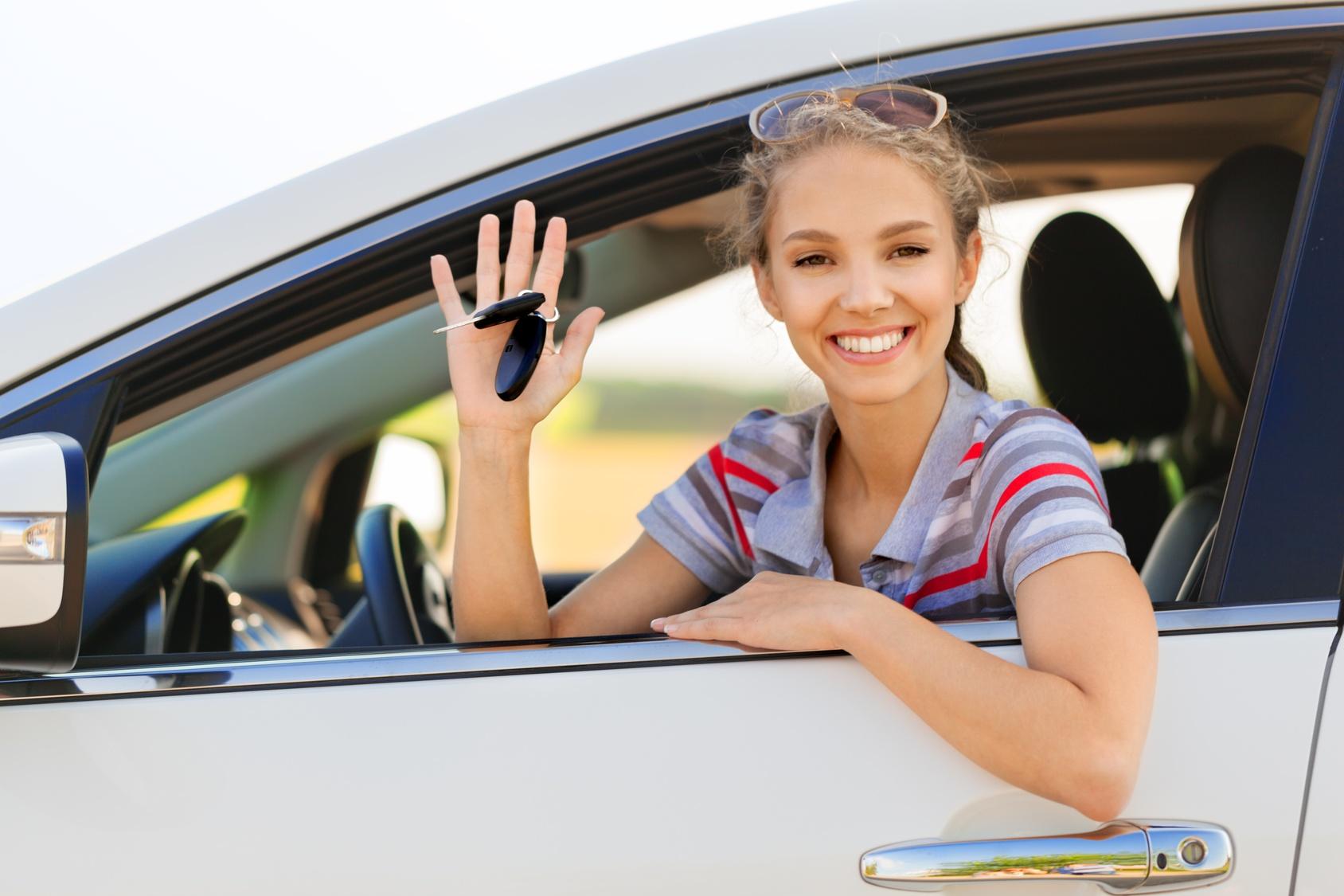 Photographie d'une jeune femme au volant d'une voiture
