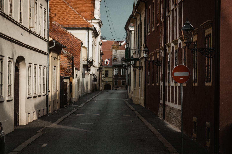 Photo d'une rue bordée d'appartement anciens